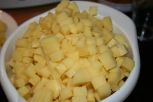 Gewürfelte Kartoffeln für eine deftige Kartoffelsuppe