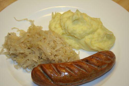 Stampfkartoffeln mit Sauerkraut und Bratwurst