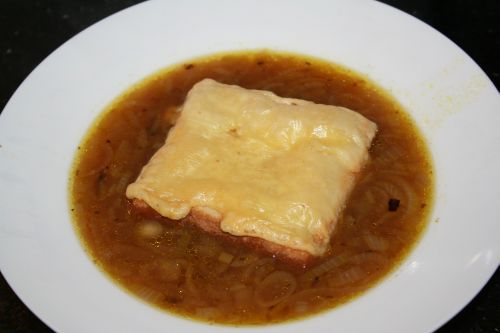 Leckere und preiswerte Zwiebelsuppe mit Käsetoast
