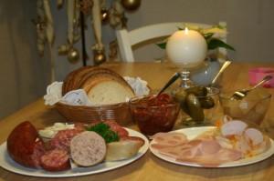 Gedeckter Tisch mit leckerer Wurst aus Meitzendorf
