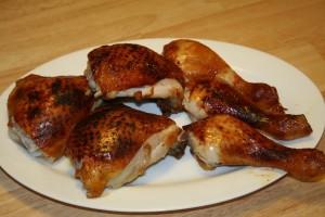 Knusprige Hühnerkeulen serviert