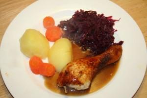 Hühnerkeulen mit Rotkohl und Beilage