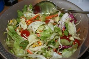 Frischer Salat zur Forelle Müllerin
